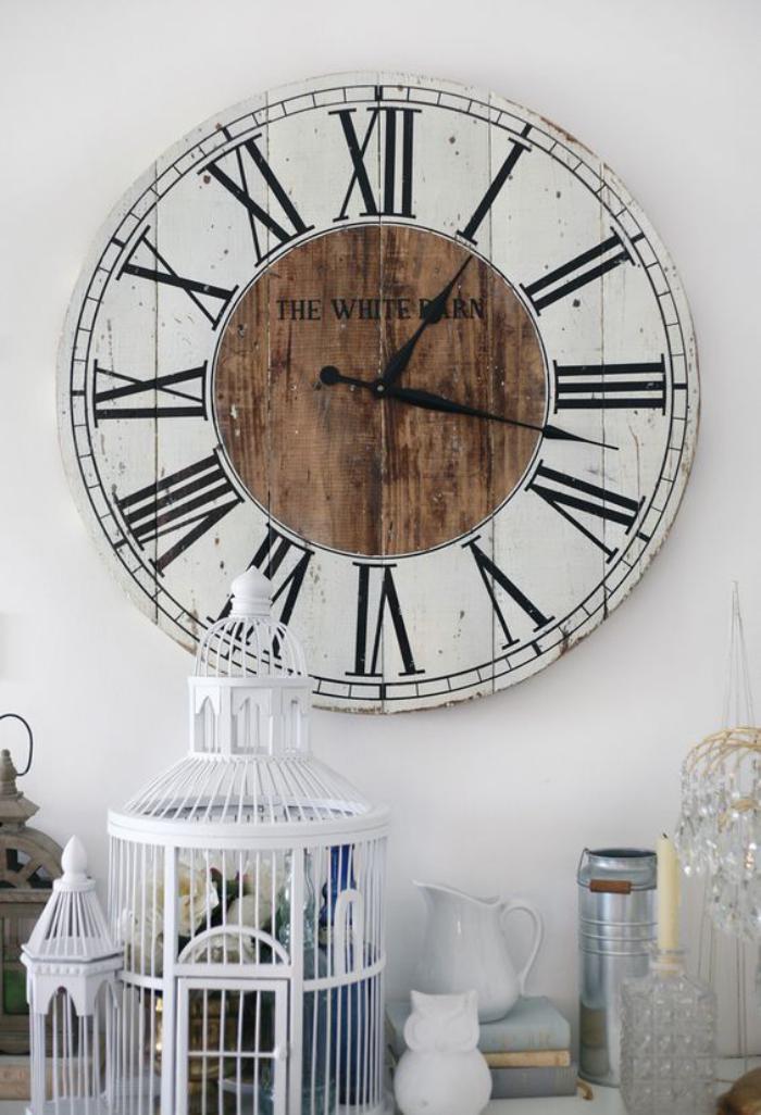 grande-horloge-murale-et-peinture-blanche