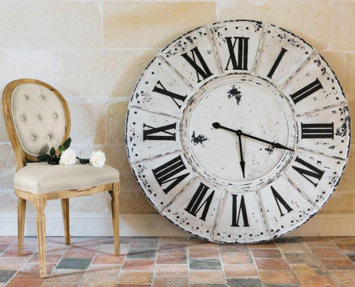 grande-horloge-murale-horloge-murale-métallique-et-chaise-vintage