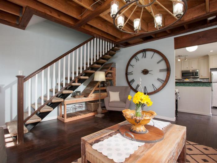 grande-horloge-murale-salon-contemporain-avec-cuisine-déco-rustique