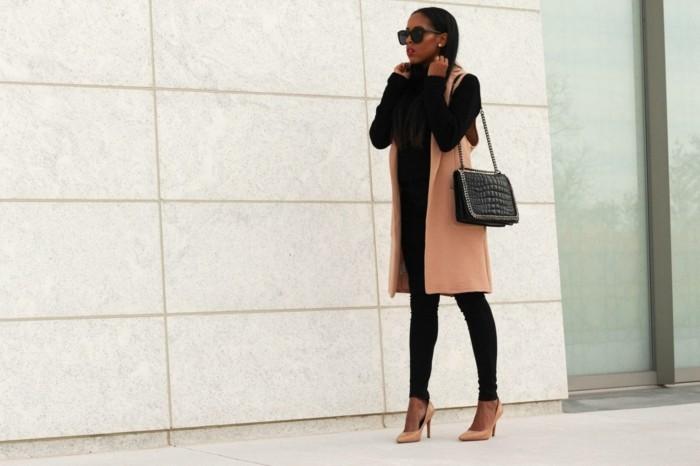 idée-comment-porter-le-gilet-long-sans-manche-femme-en-beige-et-noir-styl'ee
