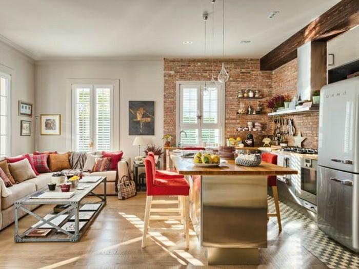 Habillage Bois Mural : jolie cuisine en briques rouges, sol en parquet clair, canap? d'angle
