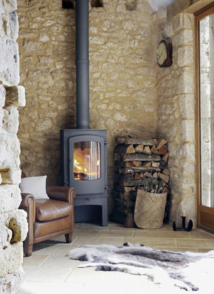 interieur-rustique-avec-cheminée-d-interieur-ambiance-chalereuse-tapis-en-peua-d-animal-resized