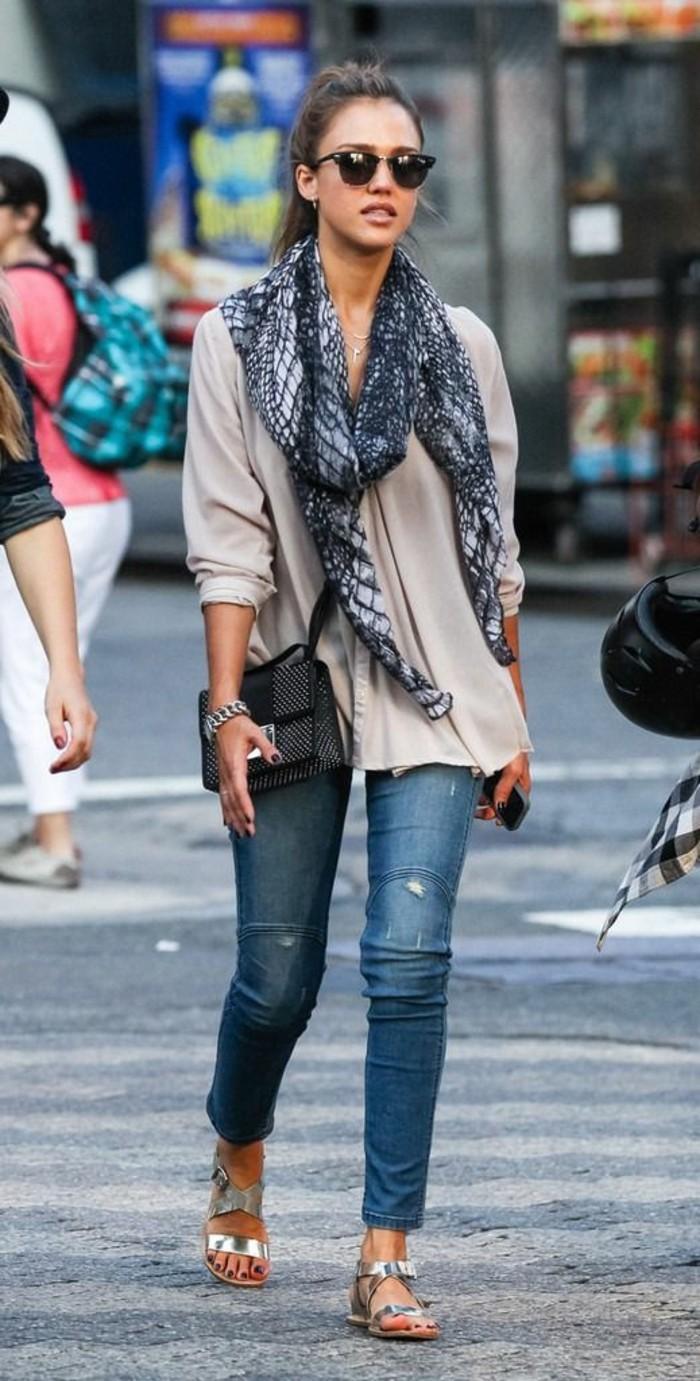 jessica-alba-aime-les-echarpes-comment-porter-une-écharpe-été-avec-denim-et-chemise-beige