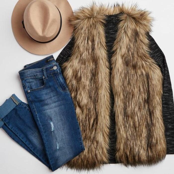 joli-outfit-avec-manteau-femme-fourrure-beige-denim-bleu-et-chapeau-beige
