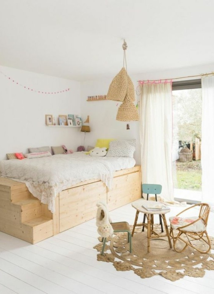 Lit Double Bois Clair : lit avec tiroir en bois clair, sol en planchers en bois blanc, petite