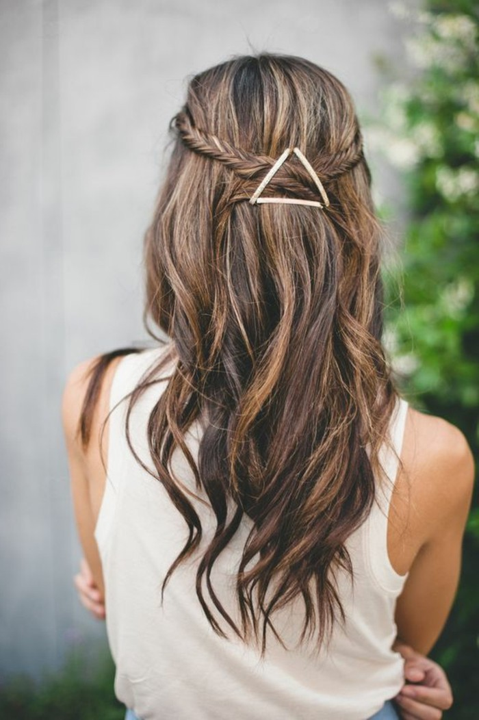 jolie-coiffure-hyppi-tutoriel-coiffure-cheveux-longs-femme-idée-de-coiffure-cheveux-mi-longs