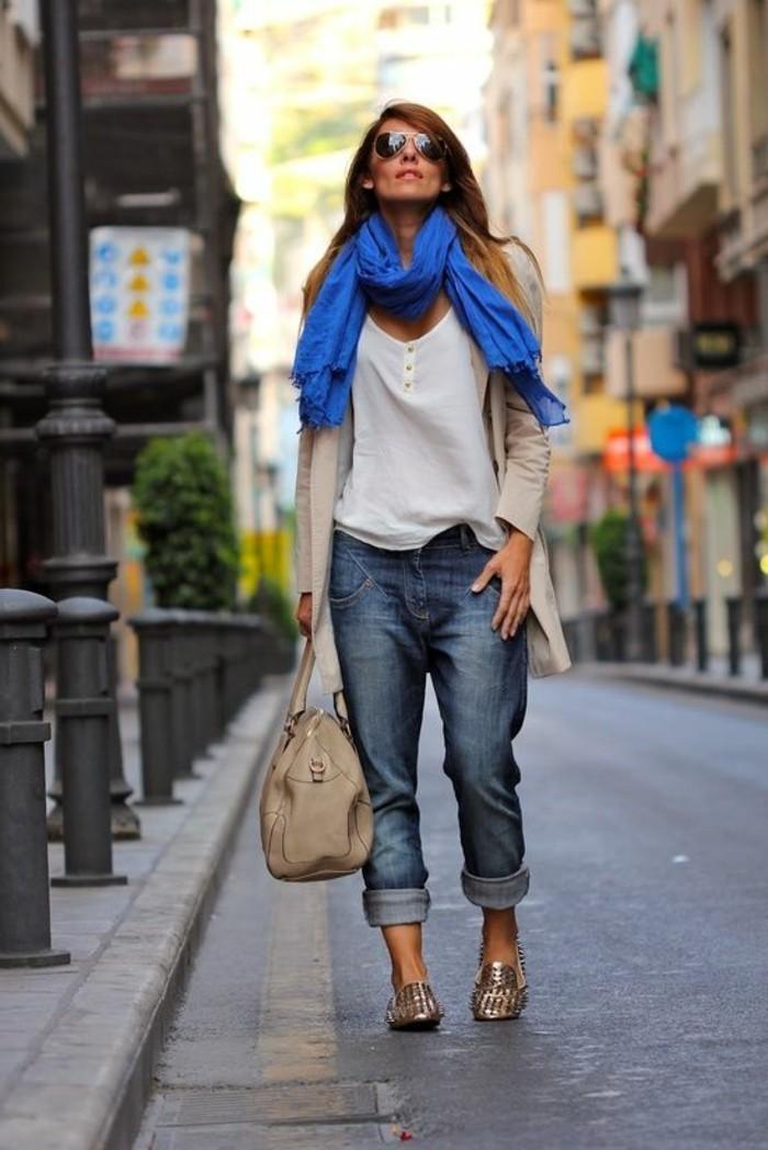 jolie-echarpe-bleu-avec-denim-boyfriend-t-shirt-beige-lunettes-de-soleil
