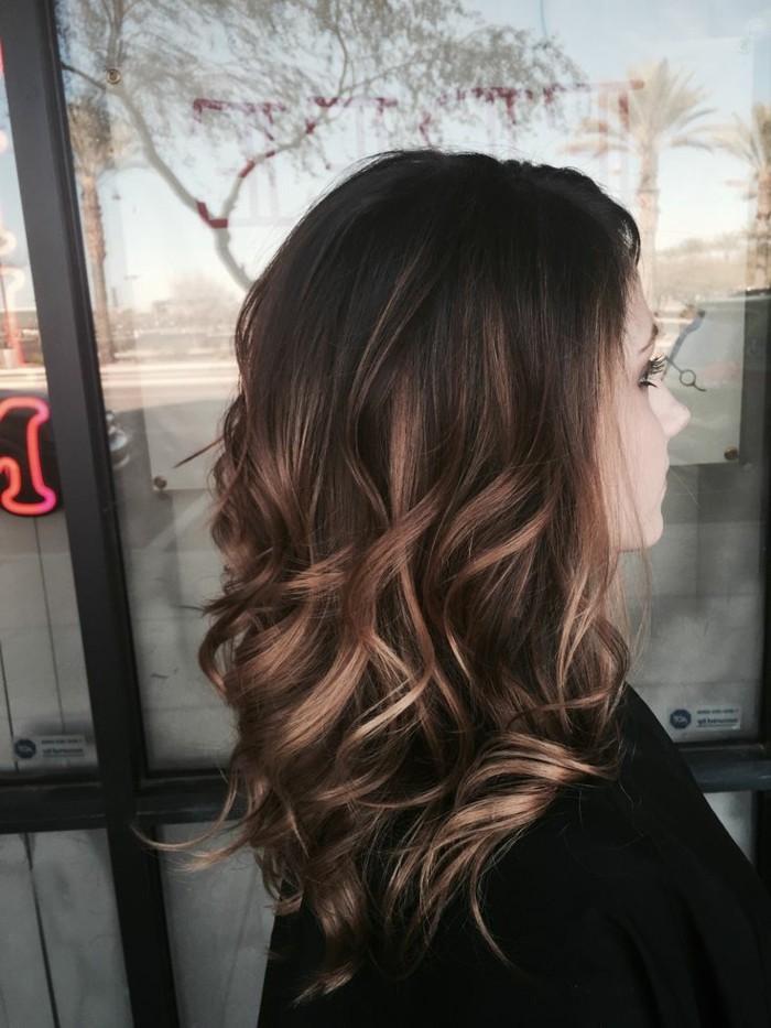 jolie-femme-balayage-cheveux-brun-balayage-chocolat-de-cote