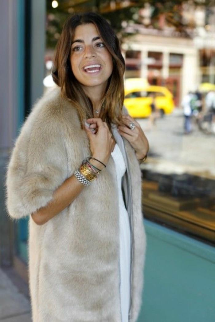 jolie-gilet-longue-sans-manche-en-fourrure-beige-chemise-blanche-manteau-fourré-femme