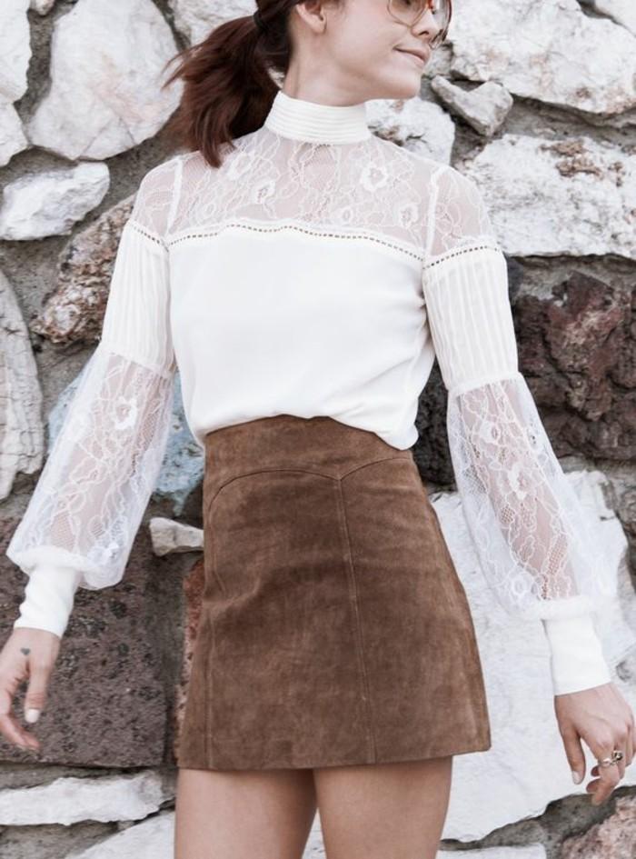 jolie-jupe-en-dame-de-couleur-marron-foncé-chemise-blanche-les-dernieres--tendances-de-la-mode