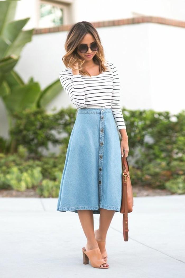 jolie-jupe-en-jean-avec-talons-en-cuir-beige-blouse-à-rayures-tendances-de-la-mode