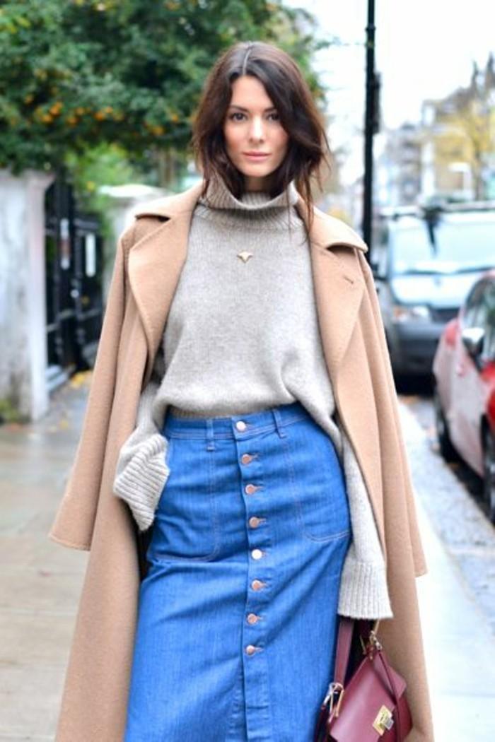 jolie-jupe-longue-en-denim-blouse-beige-veste-couleur-beige-manteau-sac-a-dos-cuir-rouge