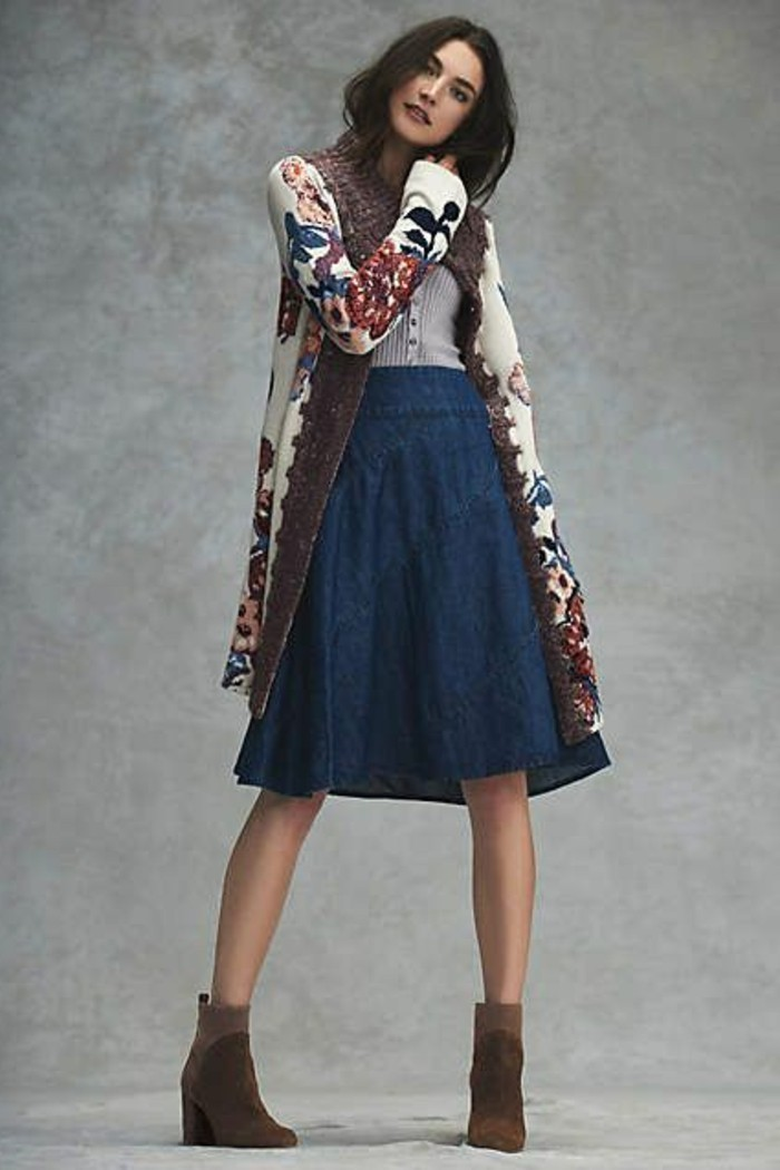 jolie-jupe-mi-longue-en-denim-mini-jupe-jean-talons-hauts-marrons-cheveux-marrons-femme