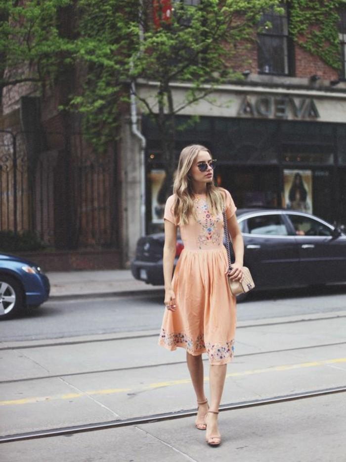 jolie-robe-rose-beige-sandales-a-talons-hauts-tendances-de-la-mode-femme