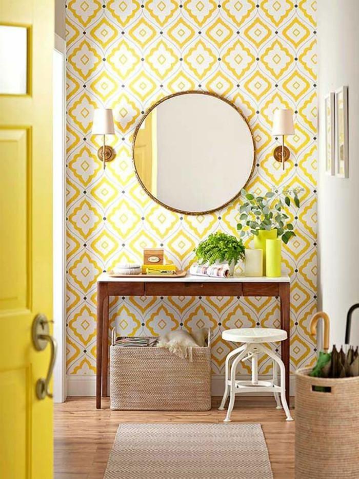 jolie-variante-pour-le-couloir-revetement-mural-en-papier-peint-castorama-blanc-jaune