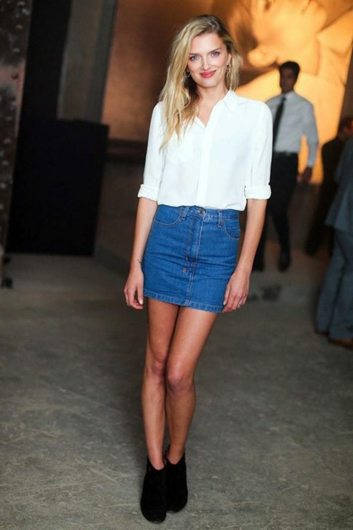 jupe-courte-zara-jupe-denim-chemise-blanche-femme-cheveux-blonds-talons-noirs