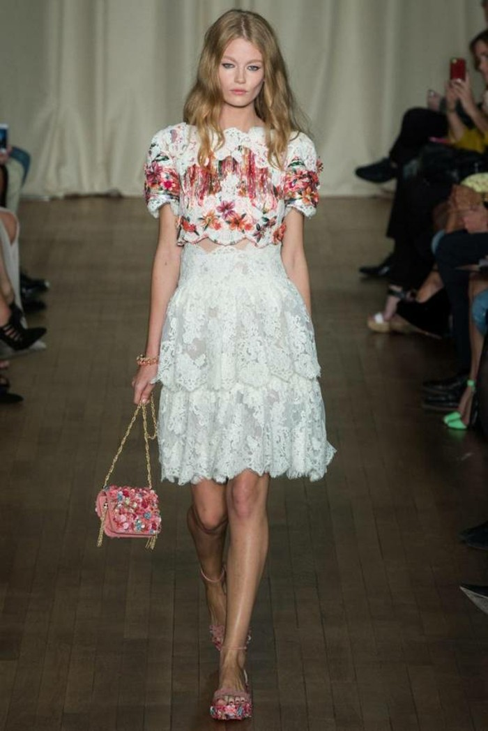jupe-dentelle-combinee-avec-une-blouse-a-motifs-floraux-resized