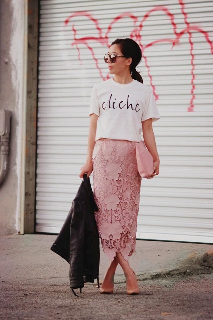jupe-dentelle-rose-longue-portee-dans-une-maniere-provocative-resized