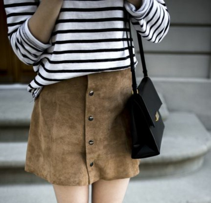 jupe-en-dame-couleur-marron-avec-t-shirt-aux-rayures-blancs-noirs-tendances-de-la-mode