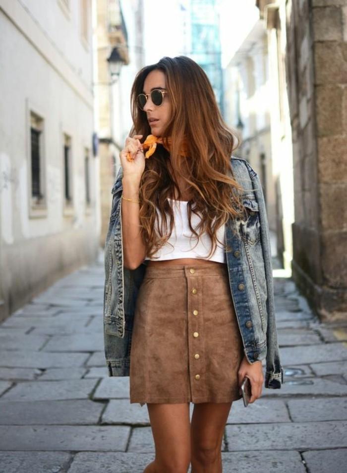 jupe-en-dame-couleur-marron-clair-top-blanc-pour-les-femmes-chic-veste-en-denim