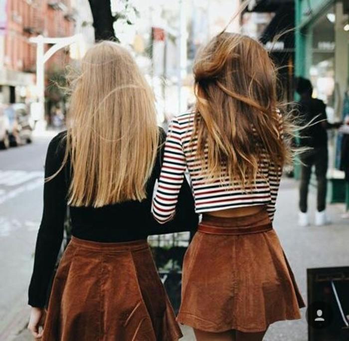 jupe-en-dame-couleur-marron-femmes-avec-cheveux-blonds-mi-courts