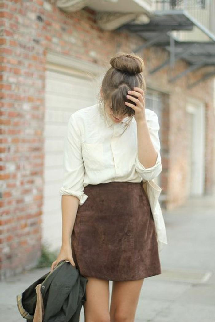 jupe-en-dame-couleur-marrons-foncé-chemise-blanche-coiffure-femme-cheveux-blonds