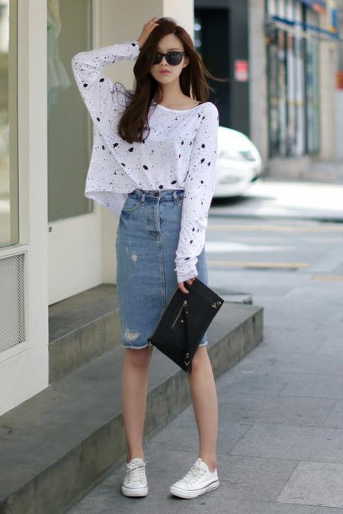 jupe-en-denim-dechire-blouse-blanche-sac-a-main-noir-tendances-de-la-mode-sneakers-blancs