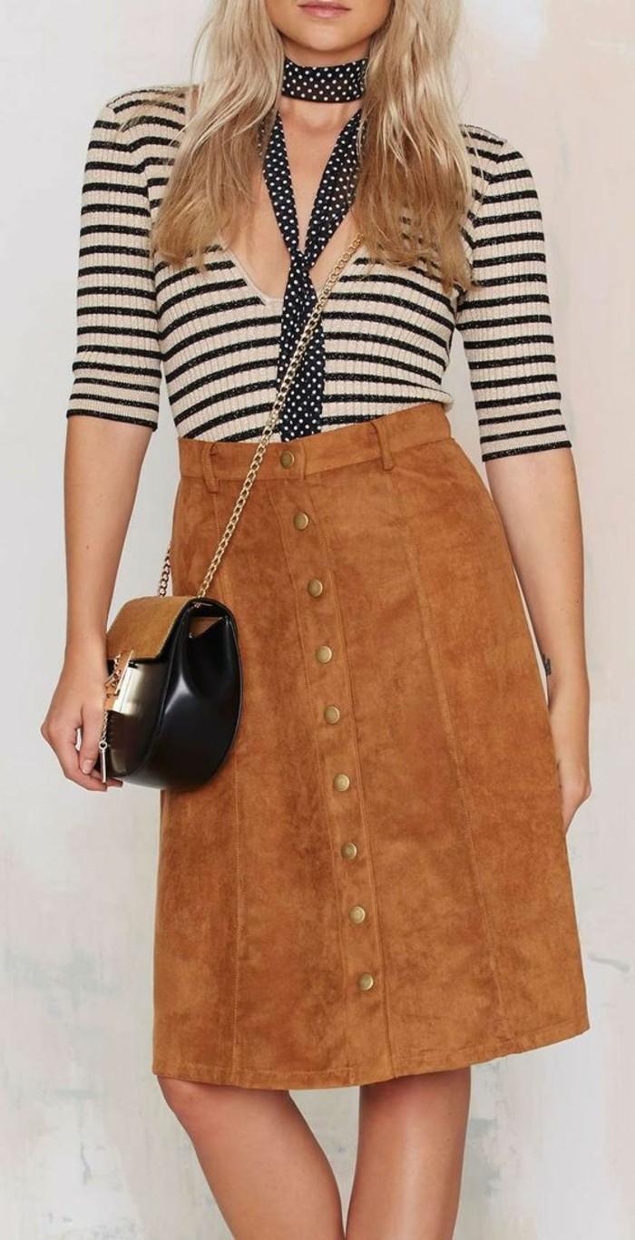 jupe-mi-longue-en-dame-de-couleur-marron-comment-porter-la-jupe-mi-longue-sac-a-dos
