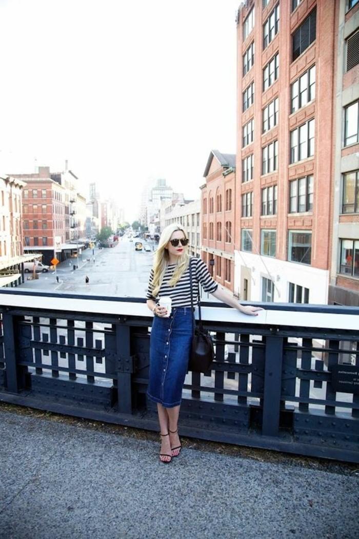 jupe-mi-longue-en-denim-blouse-à-rayures-femme-cheveux-blonds