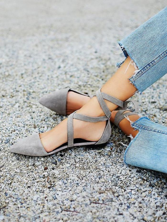la-ballerine-belles-chaussures-grises-en-velours-à-lacets-souliers-tendance