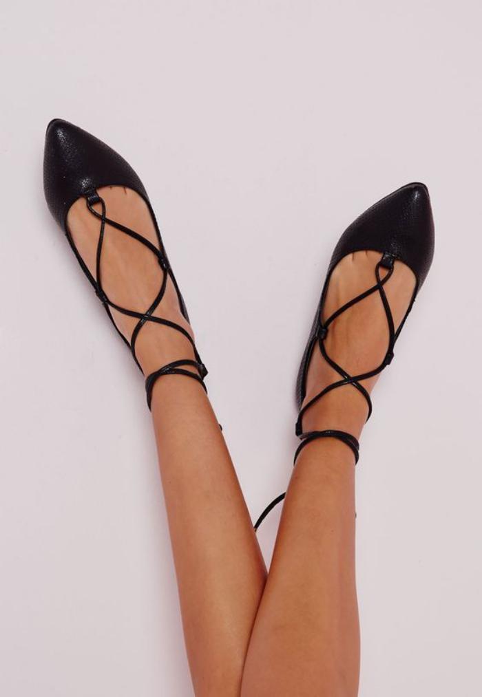 la-ballerine-plates-noires-et-élégantes-chaussures-à-lacets