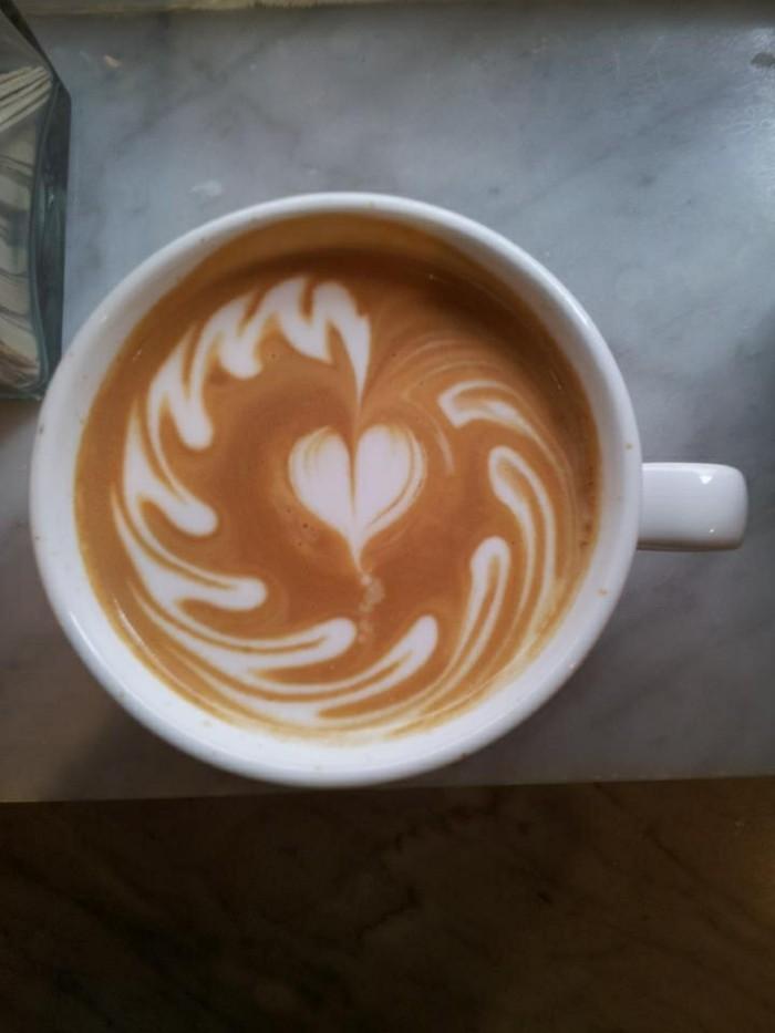 latte-café-macchiato-art-en-tasse-de-café-amour