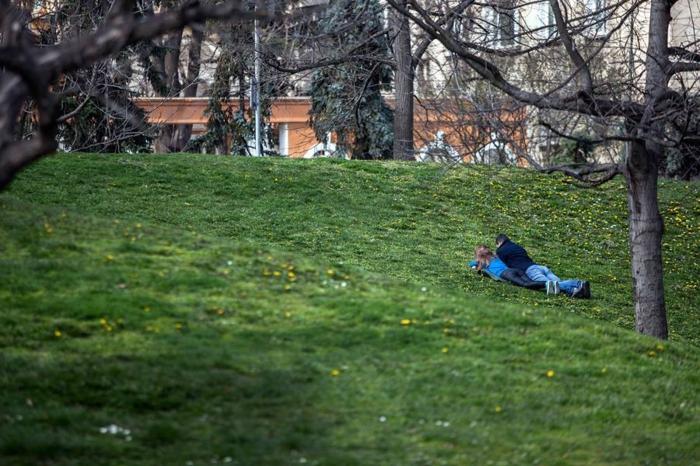 le-park-avec-gens-dans-la-rue-bulgarie-voyage-tourisme-en-bulgarie