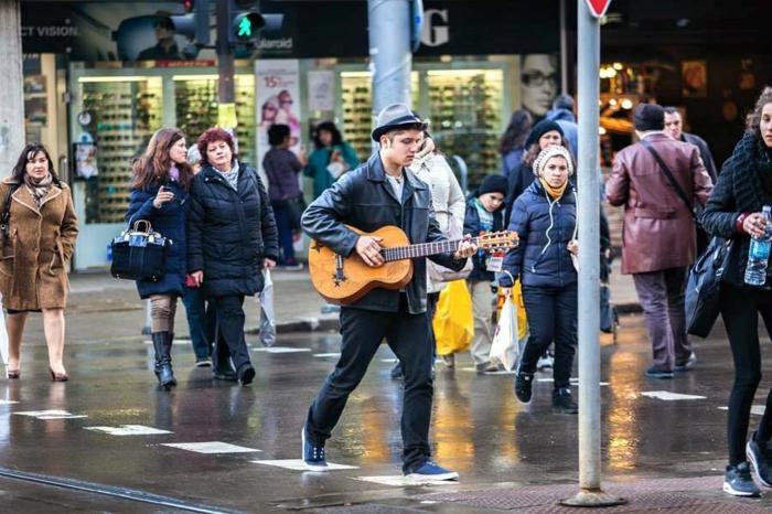 les-gens-de-la-rue-garçon-avec-guitare-bulgarie-voyage-tourisme-en-bulgarie