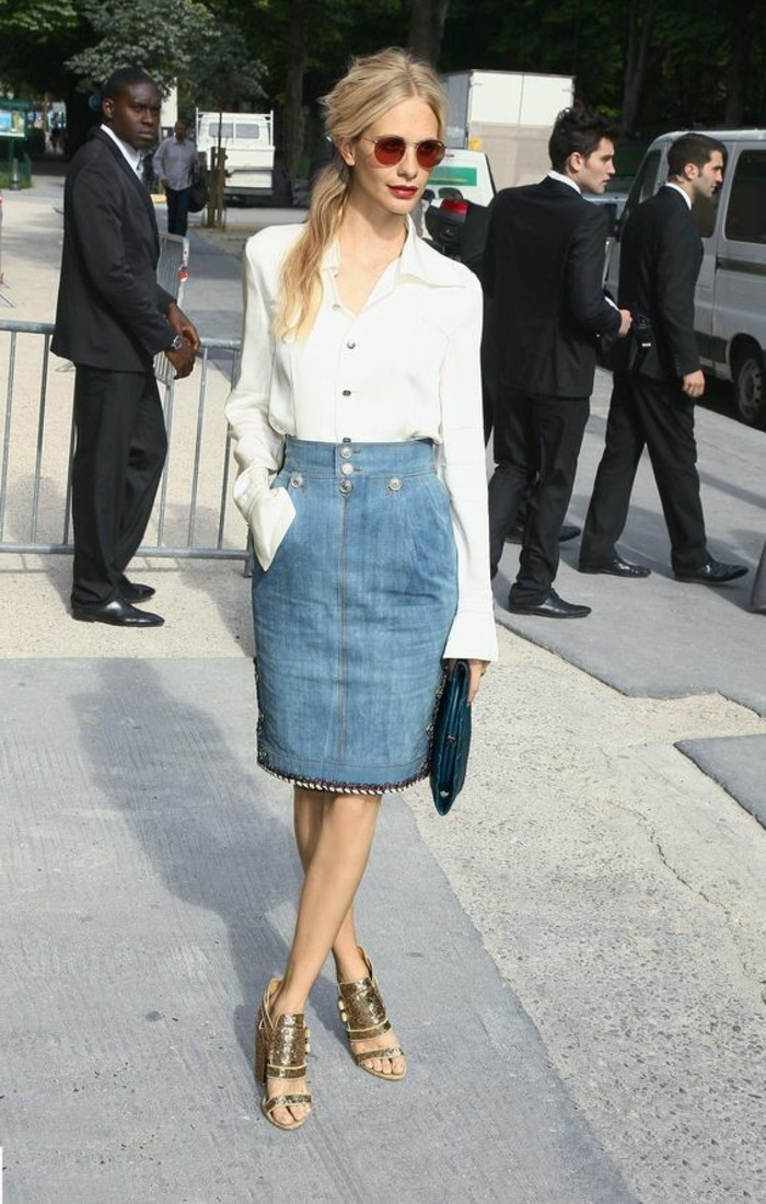 les-tendances-de-la-mode-chemise-blanche-avec-mini-jupe-jean-bleu-clair