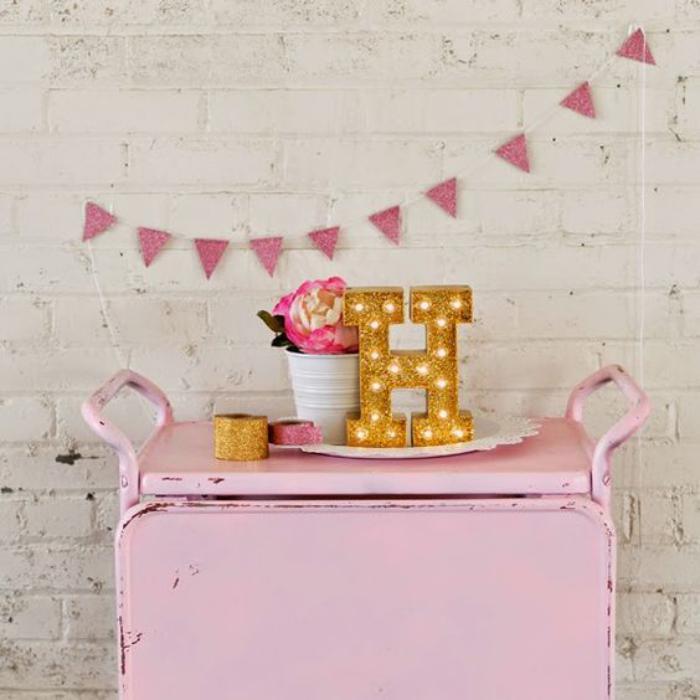 lettre-murale-meuble-en-métal-rose-décor-original