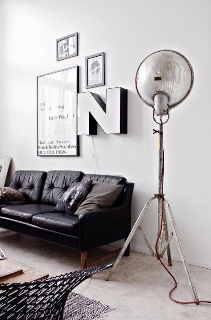 lettre-murale-sofa-noir-et-grand-lampadaire-vintage