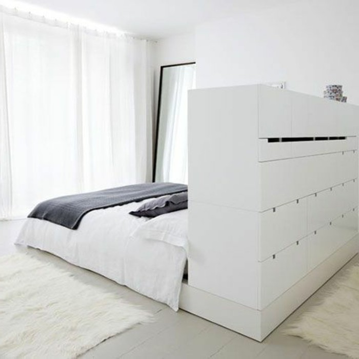 lit-adulte-pas-cher-avec-tiroirs-tapis-fourrure-blanc-rideaux-blancs