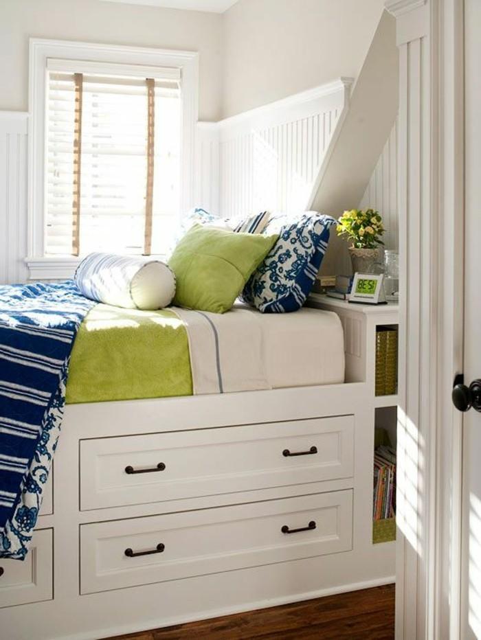 lit-tiroir-ikea-pas-cher-et-sol-en-parquet-murs-beiges-petit-fenêtre-avec-beaucoup-de-lumière