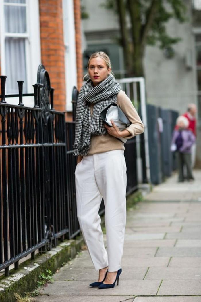 look-elegant-femme-pantalon-blanc-blouse-beige-talons-hauts-noirs-echarpe