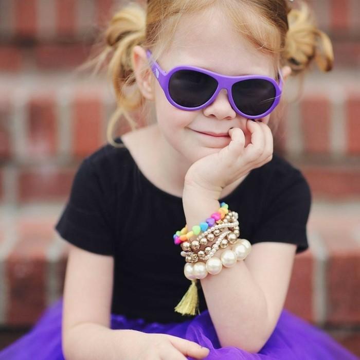 lunettes-de-soleil-solides-fillette-aux-bracelets-de-perles-chic-resized
