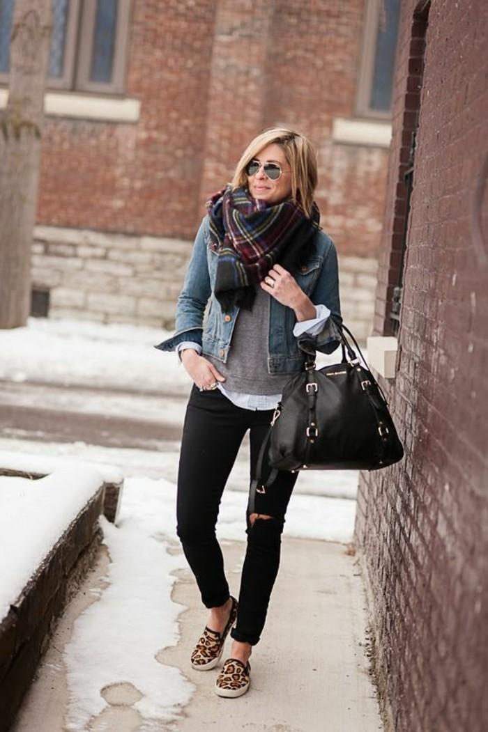lunettes-noires-femme-denim-noir-veste-denim-cheveux-bonds-femme-sac-a-main-noir