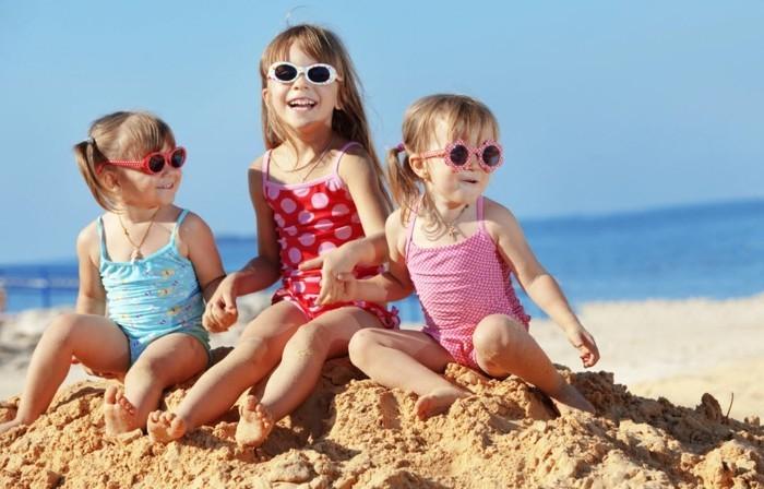 lunettes-soleil-enfant-3-filles-a-la-plage-mer-derriere-resized