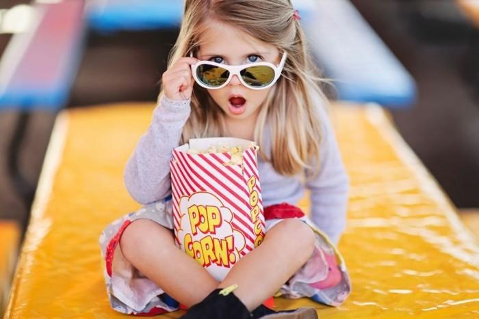 lunettes-soleil-enfant-a-la-grande-boite-de-pop-corn-resized