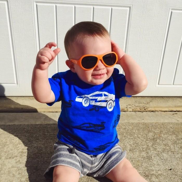 lunettes-soleil-enfant-bebe-T-shirt-bleu-avion-resized