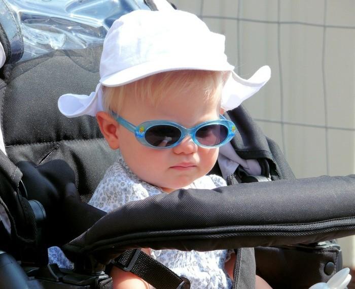 lunettes-soleil-enfant-bebe-dans-son-cangaroo-au-chapeau-mignon-blanc-resized