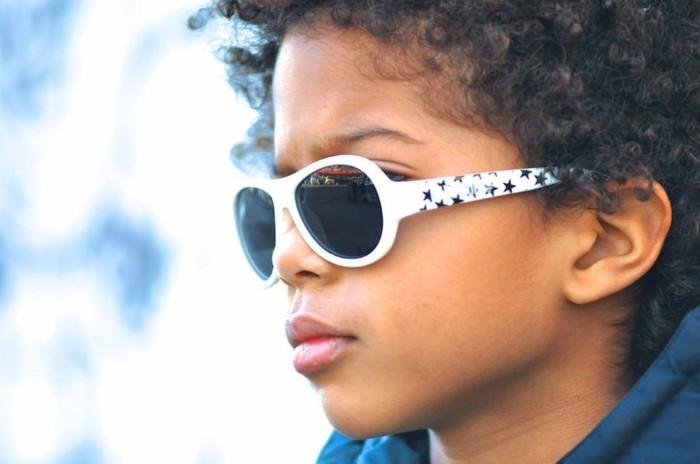 lunettes-soleil-enfant-blanches-aux-etoiles-noires-resized