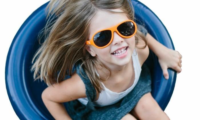 lunettes-soleil-enfant-de-la-joie-dans-le-soleil-resized