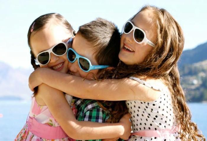 lunettes-soleil-enfant-des-gosses-s'-embrassent-resized