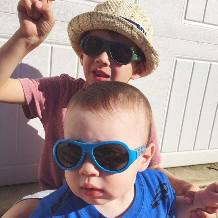 lunettes-soleil-enfant-deux-enfants-freres-qui-jouent-resized